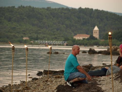 Tengerparti fáklyás meditáció